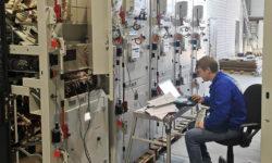 Инженер проверяет работоспособность готового оборудования